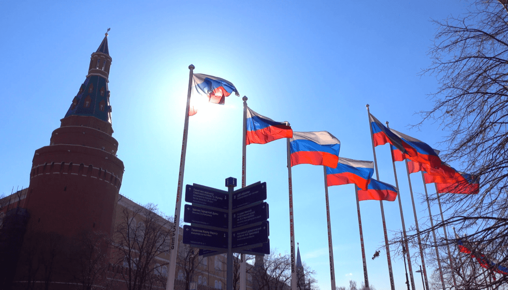 soaring-russian-flags-near-the-moscow-kremlin-against-sunny-blue-sky-4k-video_bz0y4kvm__F0000