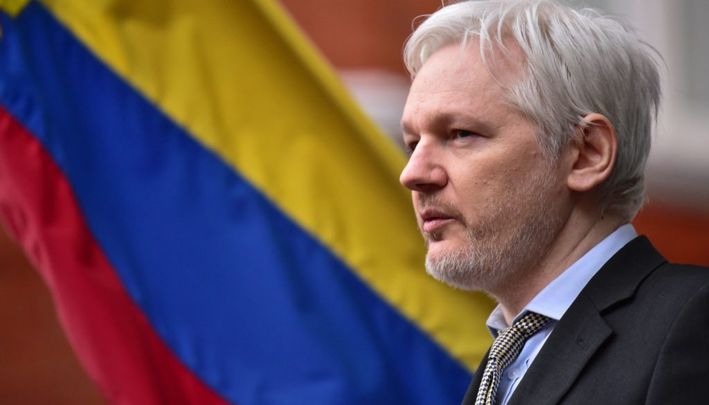 2mai2016---julian-assange-fundador-do-wikileaks-fala-com-a-imprensa-do-balcao-do-predio-da-embaixada-do-equador-em-londres-1475595343999_1920x1262