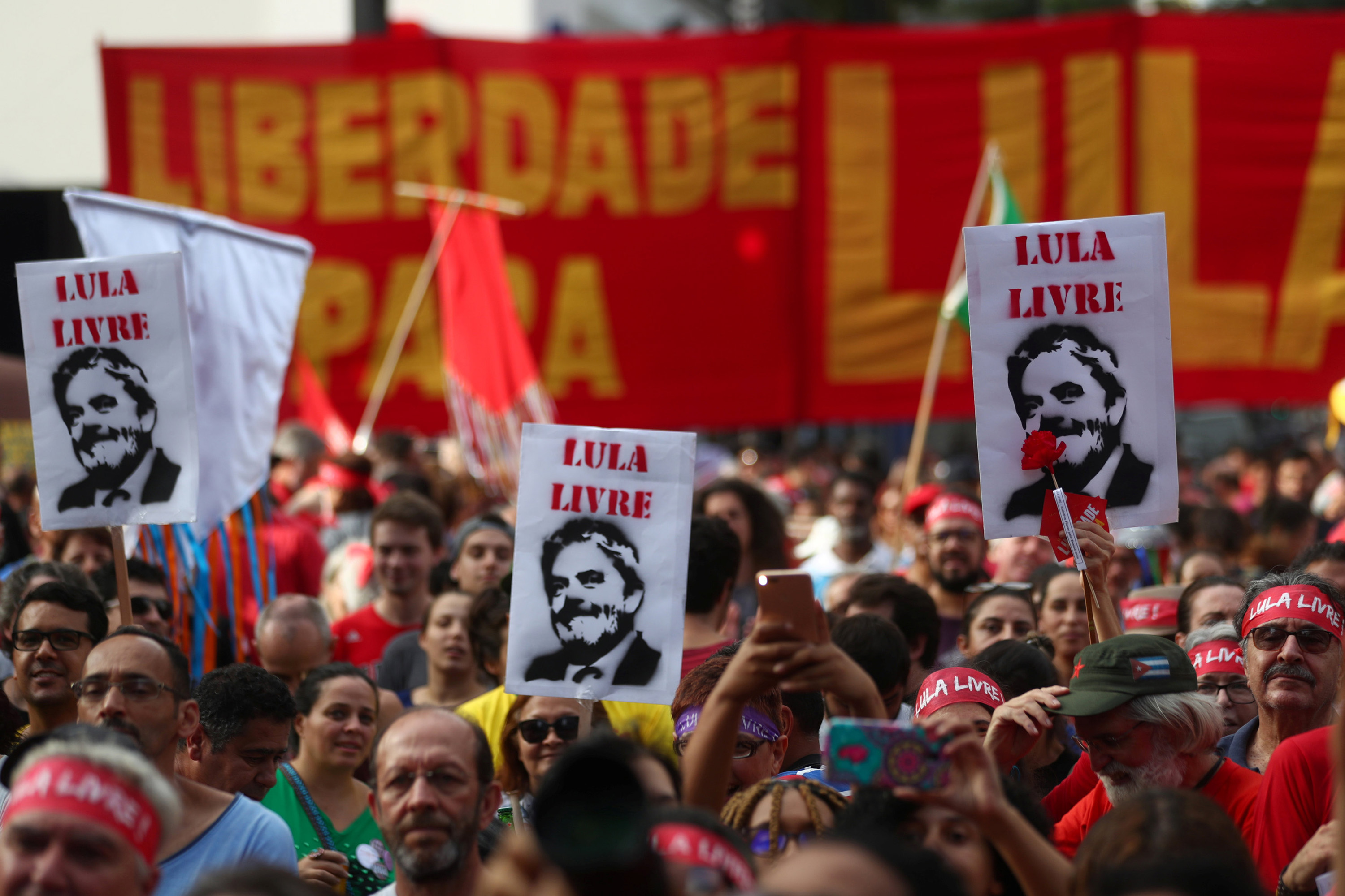 Supporters of Brazil's former president Luiz Inacio Lula da Silva demonstrate to demand Lula's freedom on the one-year anniversary of his arrest, in Sao Paulo, Brazil, April 7, 2019. REUTERS/Amanda Perobelli