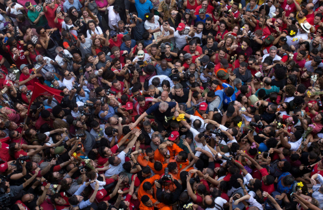 Former Brazilian President Luiz Inacio Lula da Silva is carried by supporters in front of the metallurgic trade union in Sao Bernardo do Campo, Brazil, April 7, 2018. REUTERS/Francisco Proer     TPX IMAGES OF THE DAY