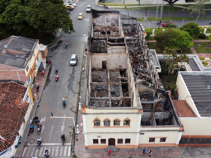 Aerial view of the Palace of Justice in Tulua, Valle del Cauca Department, Colombia, on May 26, 2021, after it was set on fire during night protests against the government of President Ivan Duque. - Officially, 43 people have died in clashes since the protests started, initially against a proposed tax reform that has since been withdrawn. Demonstrations have continued in the face of a violent police crackdown that has drawn international condemnation. (Photo by Luis ROBAYO / AFP)