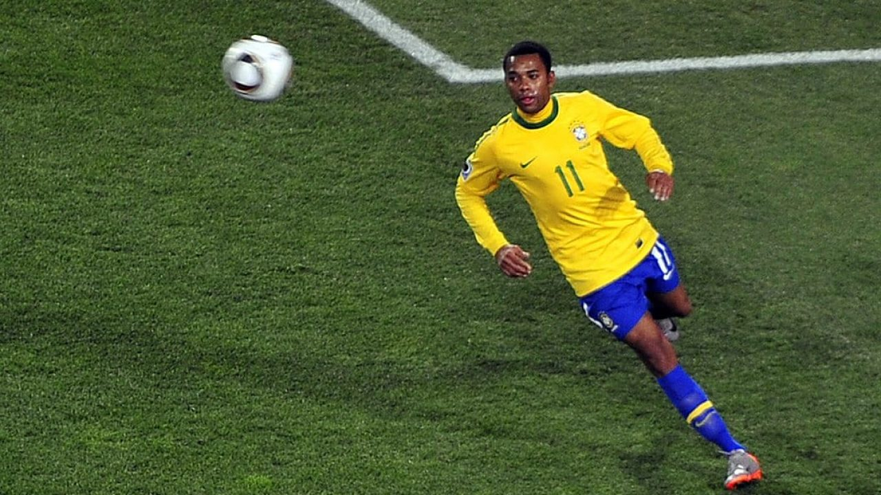 1056px-Robinho_at_Brazil_&_Chile_match_at_World_Cup_2010-06-28